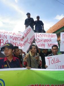 Wartawan demo di Kantor Kemenag Pamekasan, Kamis (20/12/2012).  (surya/muchsin)