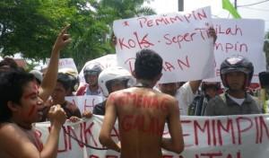 MASSA BPP-KMA unjuk rasa ke kantor Kementerian Agama Pamekasan, Minggu (23/12/2012) (surya.co.id)