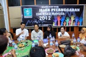 Wakil Ketua Komnas HAM Nurkhoiron (kiri) saat diskusi Refleksi Akhir Tahun penegakan HAM, di kantor Lakpesdasm NU Jombang. (surya.co.id)