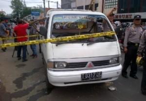 Garis polisi menandai mobil aktivis pro Luviana saat dirusak massa Partai Nasdem. (foto:detik.com)