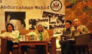 (searah jarum jam) Budayawan Emha Ainun Nadjib, Alisa Wahid, dan Scot Marciel (foto : Taufik suarasurabaya.net)