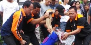 Seorang pria tanpa identitas tewas melompat dari  atas  jalan layang Pasar Rebo, Jakarta Timur, Senin (4/2/2013) pagi. (sumber: kompas.com)