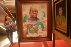 Seorang pengunjung mengamati lukisan Gus Dur dalam pameran yang digelar komunitas Malang Suko Art di atrium Plaza Araya Malang, Minggu (17/3/2013). (foto:suryaonline.co)