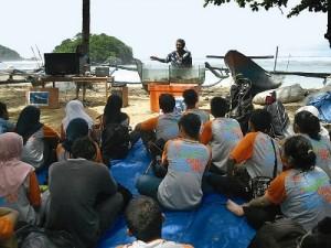 Aktivis Sahabat Alam  mendengarkan paparan sebelum melakukan penanaman terumbu karang buatan di Pantai Kondang Merak, Kabupaten Malang, Minggu (17/3/2013).