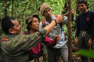 Ahli-Badak-menunjukan-bekas-goresan-cula-Badak-1copyright ©WWF-Indonesia.