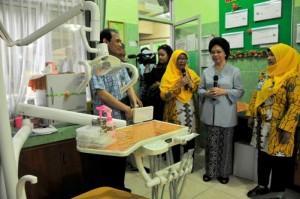 Menteri Kesehatan RI Nafsiah Mboi saat meninjau poli gigi di Puskemas Dupak, Selasa (2/4/2013).
