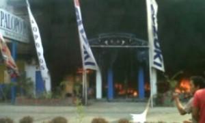 Kantor Palopo Pos mengepulkan asap hitam tebal saat dibakar massa dipicu hasil Pilkaada, Minggu (31/3/2013).