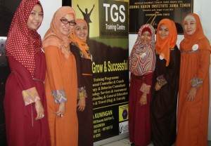 Foto : surya/sri handi lestari  Enam perempuan yang tergabung dalam komunitas enam cahaya hati, mengambil manfaat dari hasil workshop pengembangan diri secara Islami dengan membaginya ewat menggelar workshop serupa untuk orang lain.
