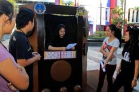salah seorang siswa SMA mengikuti kontes penjaringan penyiar radio oleh Fikom UK Petra, di Sutos, Kamis (15/8/2013). (foto: detik.com)