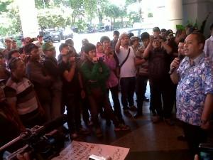 Sejumah wartawan gelar aksi solidaritas di Balai Pemuda Surabaya, Jumat (18/10/2013). Foto: amru muis/surya.co.id