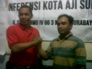 Ketua AJI Surabaya Prasto Wardoyo (kiri) dan Witanto (kanan) sekretaris  terpilih, Sabtu (4/1/2014)