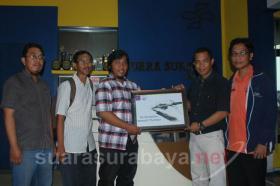 Ketua AJI Prasto Wardoyo (kanan) serahkan cindera mata kepada  Eddy Prastyo (Manager New Media), Rabu (8/1/2013).