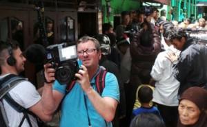 Ilustasi. Salah seorang repoter asing melaksanakan tugas jurnalistik