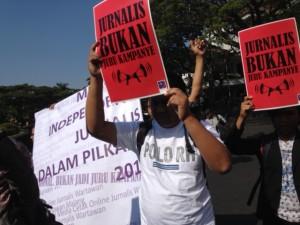 Para jurnalis AJI se-Jawa Timur saat menggelar aksi sekaligus deklarasi independensi jurnalis di era rezim pilkada yang di gelar di Malang pada awal September lalu.