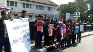 Anggota AJI se-Jawa Timur aksi di depan Balai Kota Malang, Minggu (6/9/2015)